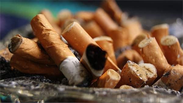 タバコの吸殻で溢れかえった灰皿をアップで撮影した写真壁紙画像