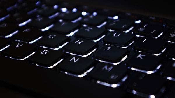 黒いキーボードをアップで撮影したクールな写真壁紙画像