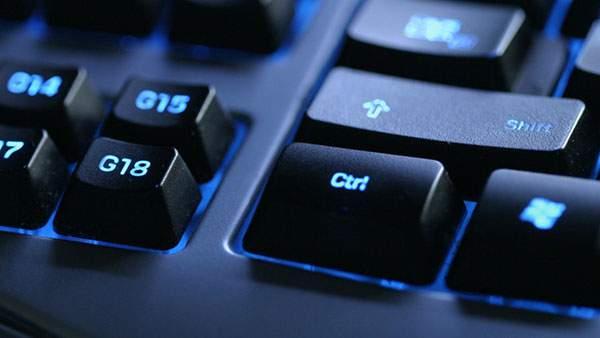 ブルーのLEDライトがかっこいいキーボードのCtrlキーをアップで撮影した写真壁紙