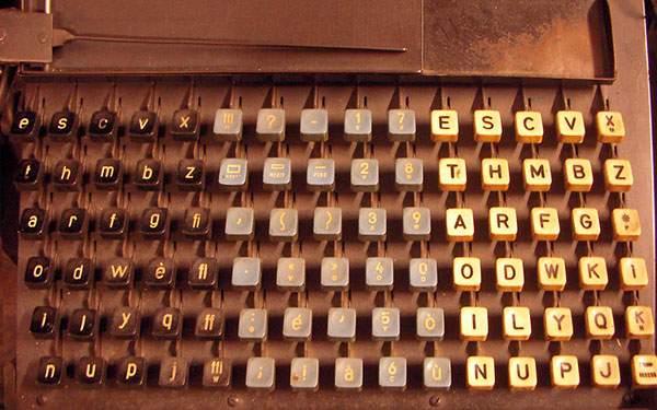 レトロなタイプライターのキーボードを撮影した写真壁紙画像