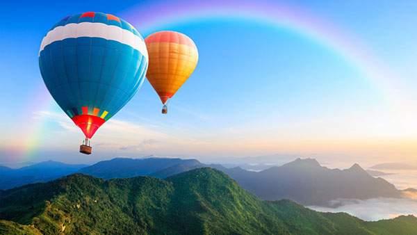 青空とカラフルな2機の熱気球を撮影した綺麗な写真壁紙画像