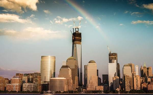 高層ビル街にかかった虹を撮影した美しい写真壁紙画像