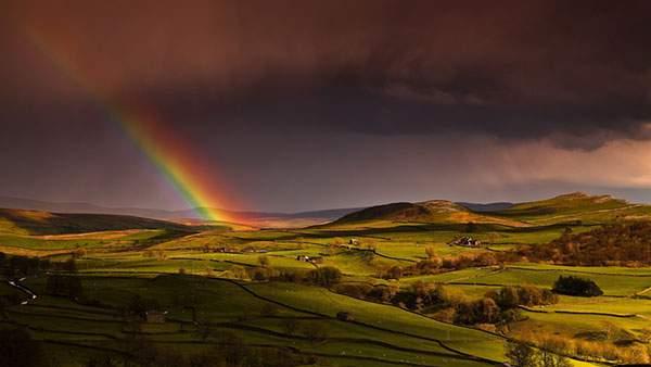 のどかな風景と大きな虹の綺麗な写真壁紙画像