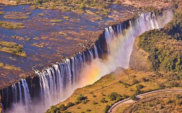 巨大な断崖の滝に出来た虹を撮影した壮大な写真壁紙画像