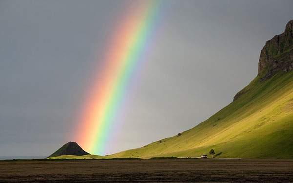 空に向かって伸びる虹の綺麗な写真壁紙画像