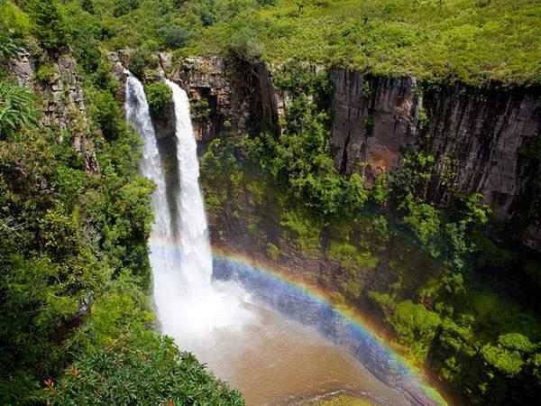 巨大な滝とそのふもとに出来た虹の迫力の写真壁紙画像