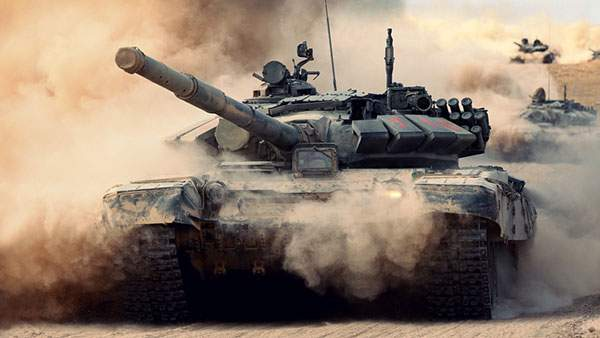 砂煙の中を突き進む重厚感たっぷりの戦車の写真壁紙