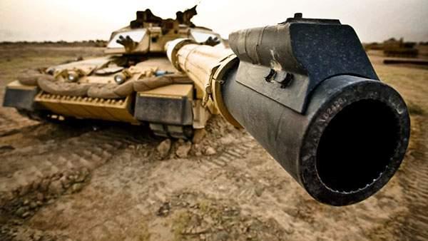 戦車の砲台を目の前からアップで撮影した迫力の写真壁紙
