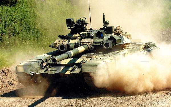 砂埃を巻き上げて走る戦車を撮影した写真壁紙画像