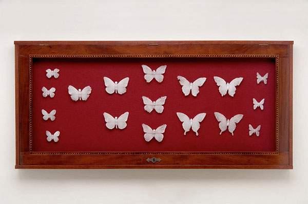 ガラスの粉を固めて作られた今にも崩れそうな美しい蝶 - 01