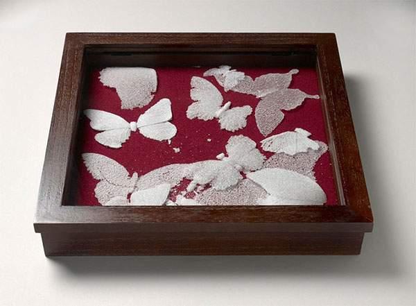 ガラスの粉を固めて作られた今にも崩れそうな美しい蝶 - 04