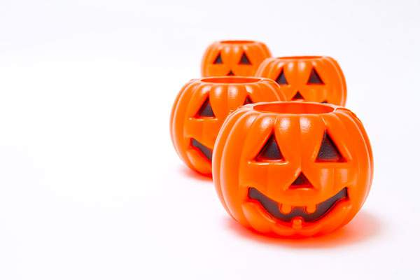 交互に列をなすハロウィンかぼちゃ