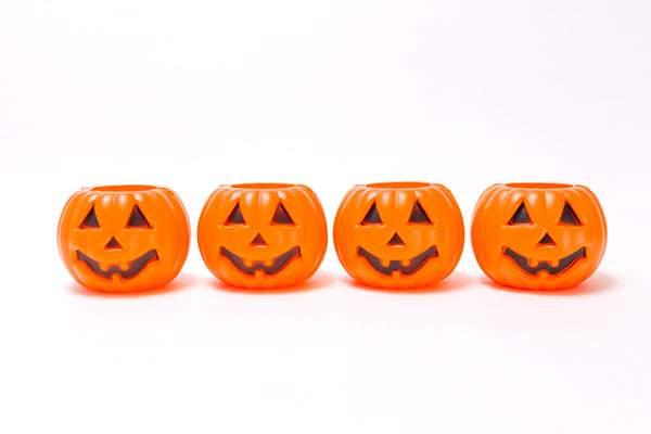 一列に並んだハロウィンかぼちゃ