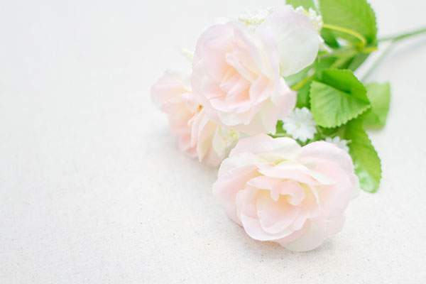 白いバラの造花
