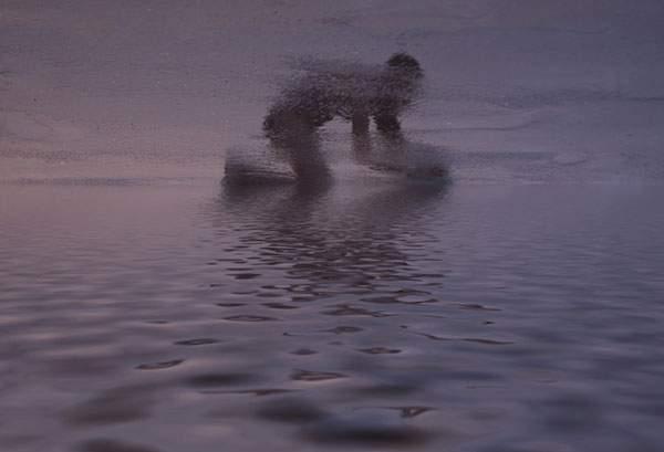 水面の反射を使ってビーチの人影を切り取った写真作品シリーズ - 03