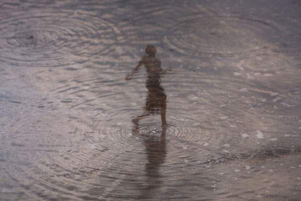 水面の反射を使ってビーチの人影を切り取った写真作品シリーズ - 05