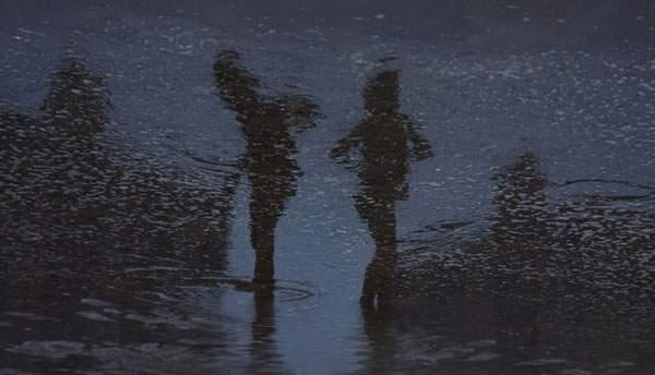 水面の反射を使ってビーチの人影を切り取った写真作品シリーズ - 06