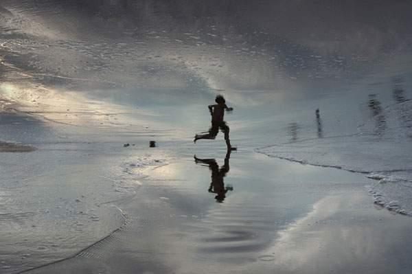 水面の反射を使ってビーチの人影を切り取った写真作品シリーズ - 07