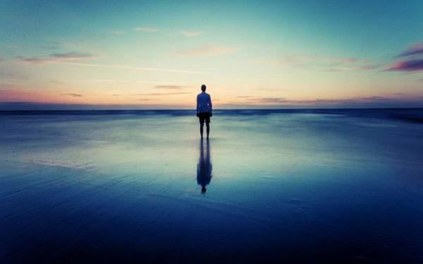 浜辺に立った人影を撮影した美しい写真壁紙画像