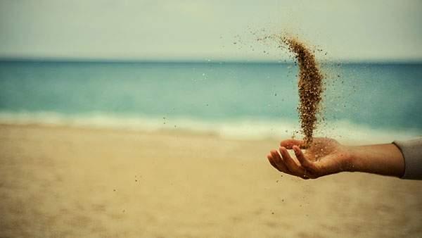 手の上の砂粒を撮影した綺麗な写真壁紙画像