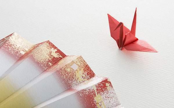 扇子と鶴の折り紙を撮影した和風な写真壁紙画像