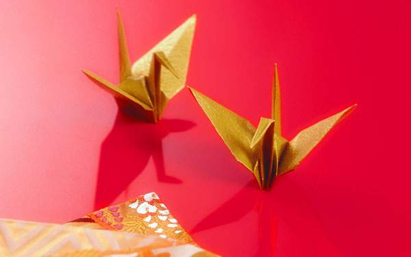 赤と金の色使いが美しい折り紙の写真壁紙画像