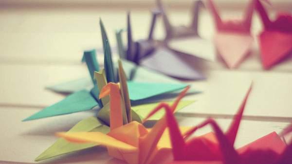 色とりどりの折り鶴を撮影した美しい写真壁紙画像