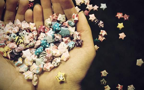 折り紙の星を両手いっぱいに持った可愛い写真壁紙