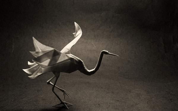 立体感がリアルな鶴の折り紙を逆光で撮影した切絵な写真壁紙画像