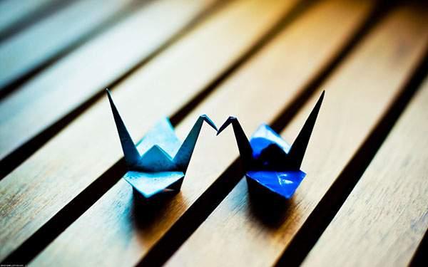 二羽の青い折り鶴を撮影した可愛い写真壁紙画像