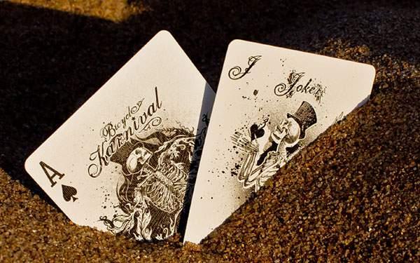 土に埋まったドクロのトランプカードの壁紙画像