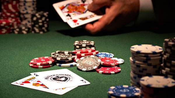 トランプとチップが並んだカジノの風景を撮影したかっこいい写真壁紙