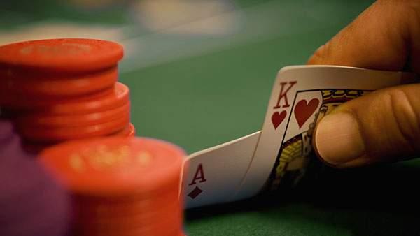 カジノでカードをめくる瞬間をアップで撮影した写真壁紙画像