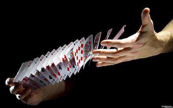 シャッフルするときに空中を舞うカードを撮影したかっこいい写真壁紙