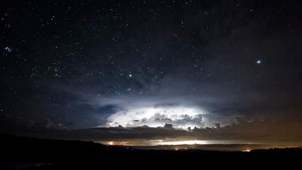 夜空の雲と星を撮影した美しい写真壁紙画像