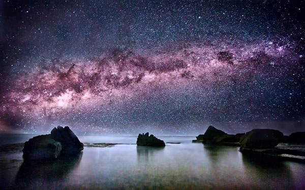 紫色に輝く天の川を鮮明に撮影した美しい写真壁紙画像