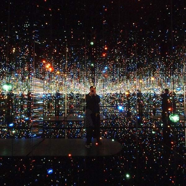 まるで一面の星空に投げ出されたみたい!合わせ鏡を使った美し過ぎるアート作品