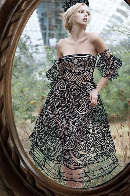 鏡に直接描かれたドレスを着た女性の写真作品 - 01