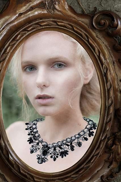 鏡に直接描かれたドレスを着た女性の写真作品 - 02