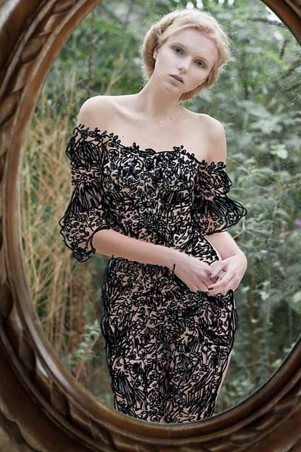 鏡に直接描かれたドレスを着た女性の写真作品 - 04