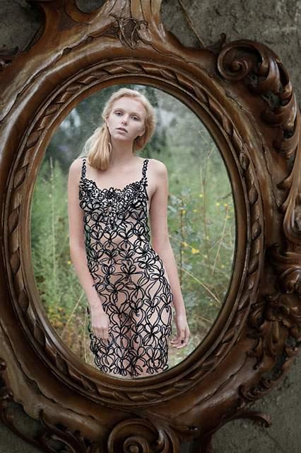 鏡に直接描かれたドレスを着た女性の写真作品 - 05