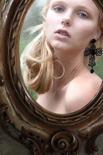 鏡に直接描かれたドレスを着た女性の写真作品 - 06