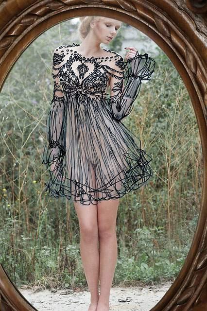 鏡に直接描かれたドレスを着た女性の写真作品 - 07