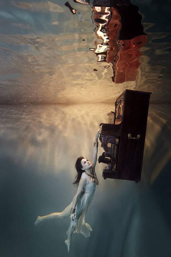 水の中に沈んだ部屋でくつろぐ女性を撮影した水中写真作品 - 01