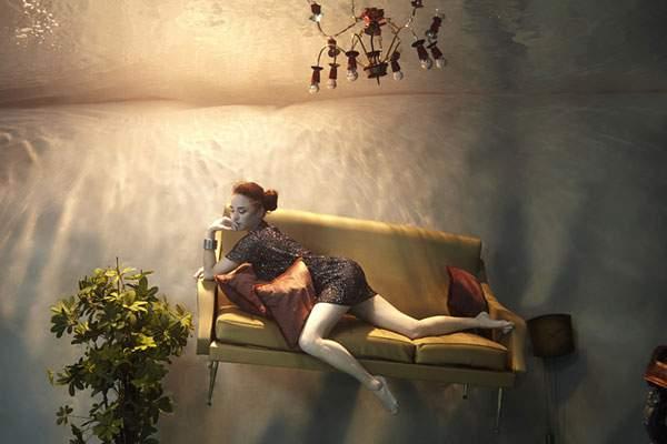 水の中に沈んだ部屋でくつろぐ女性を撮影した水中写真作品 - 02