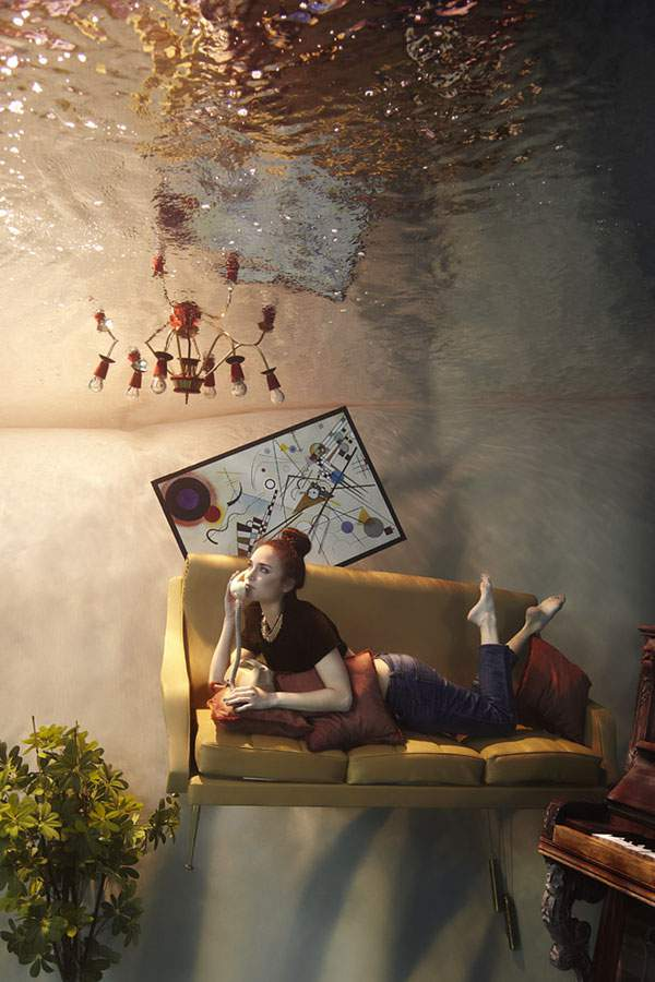 水の中に沈んだ部屋でくつろぐ女性を撮影した水中写真作品 - 04