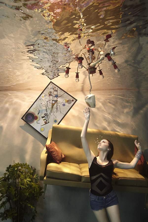 水の中に沈んだ部屋でくつろぐ女性を撮影した水中写真作品 - 05