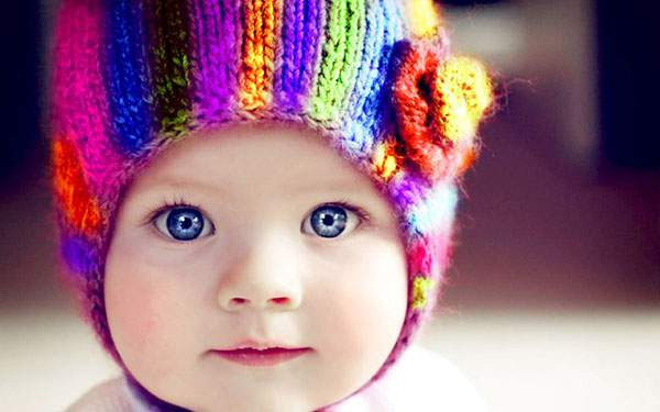 カラフルで綺麗なニット帽を被った赤ちゃんをアップで撮影した可愛い写真壁紙画像