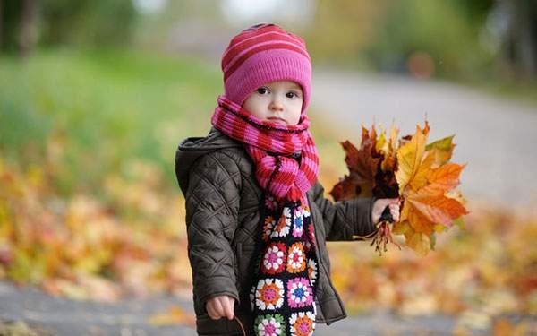 大きな楓の葉をたくさん拾った赤ちゃんを撮影した綺麗な写真壁紙画像
