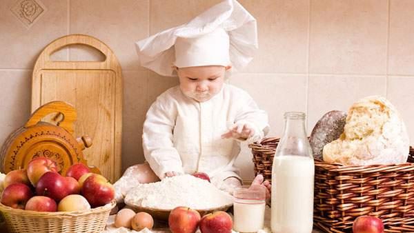 コック帽を被ってパンを作る赤ちゃんの可愛い写真壁紙画像
